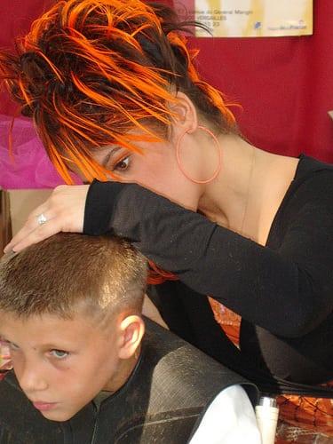 Stand coiffure au Festival de l'image des Métiers de Pézenas (FILM)  Posté par Che34  sur 2009-02-11 13:21:51      Tagged:  , People , coiffure , FILM , pezenas , hair , hair-show ,…