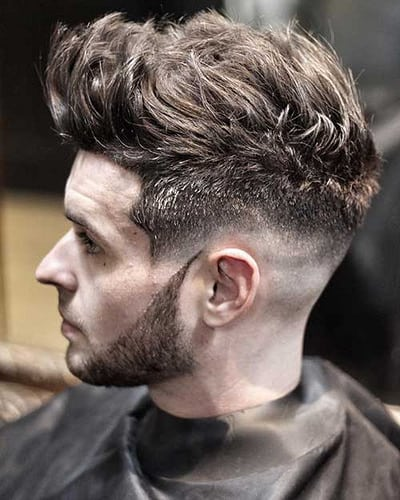 Fashions apparaissent et disparaissent et tout à coup, ils sont de retour. Cela implique des modes de coiffure. Aujourd'hui  mens coiffures  peut être considéré comme «rétro» plutôt que moderne. La contradiction dans les termes…