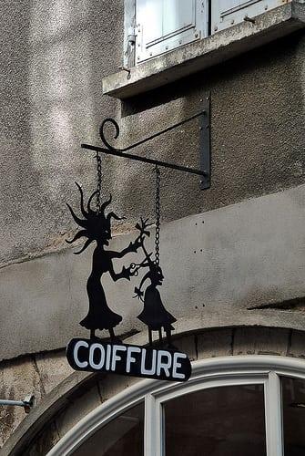 Trouvaille au détour des rues de Villefranche de Rouergue  Posté par lyli12  sur 2011-08-24 16:16:49      Tagged:  , enseigne publicitaire , coiffure , rue , art , femme , signalétique ,…