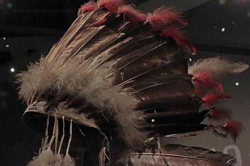 Musée Branly – Indiens des plaines  Posté par jchaffaux  sur 2014-05-17 18:51:35      Tagged:  , plume , coiffure , indien   …
