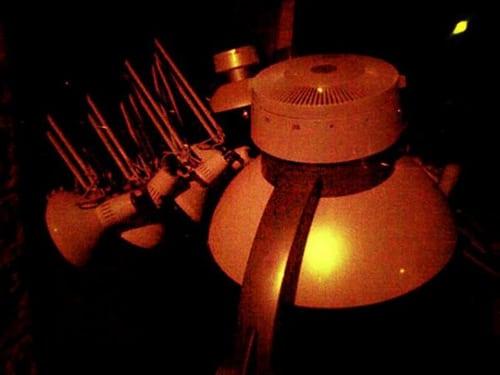 Rue du Cherche-Midi, a priori, un sèche-cheveux et des lampes derrière la vitrine d'un coiffeur. Le 23/01/2012 dans la nuit.  solyles.wordpress.com/2012/01/25/coiffure-signalisation-e…    Posté par t_bartherote  sur 2012-05-24 15:15:03      Tagged:  , faible ,…