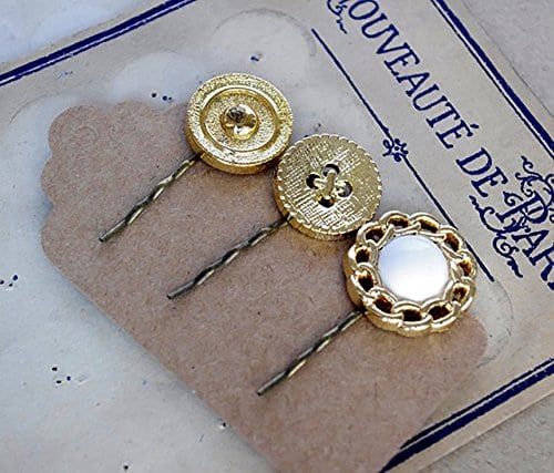 acheter maintenant     EUR 8,50 Barrette dorée bouton ancien / bijoux cheveux / accessoire coiffure fillette / lot de barrettes originales / fête anniversaire princesse • 3 barrettes • support pince à cheveux en métal de couleur bronze…