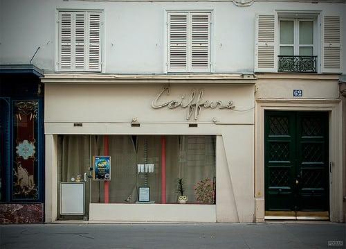 Rue de Vaugirard, Paris 15e. Octobre 2015.  Pixdar est aussi sur Tumblr, Instagram,  Twitter et sur Facebook  Posté par Pixdar  sur 2015-10-07 06:04:55      Tagged:  , Paris , Coiffure , Devanture ,…