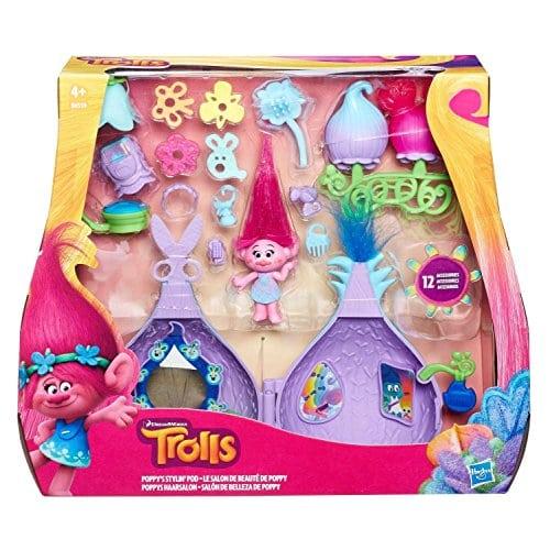 acheter maintenant     EUR 22,90 TROLLS – Le salon de coiffure Trolls pour jouer avec ses figurines comme dans le film. 1 figurine Poppy de 12,5 cm avec des cheveux a coiffer incluse. Nombreux accessoires inclus pour décorer…