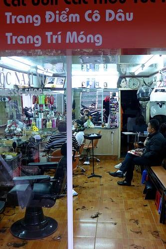 Dalat, Annam (Vietnam), le 19 janvier 2014  Posté par Bruno-Edouard Perrin  sur 2014-07-03 10:49:21      Tagged:  , coiffure , salon , Vietnam   …