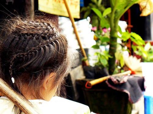 Luang Prabang, Laos  Posté par robinya  sur 2009-08-03 12:13:26      Tagged:  , laos , luang prabang , bambina , fille , girl , pettinatura , coiffure , treccia , tresse ,…