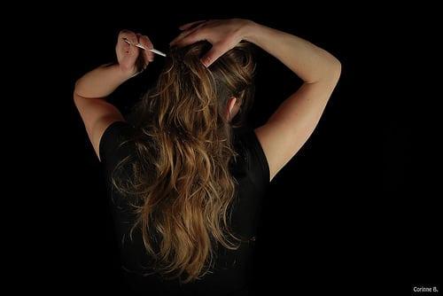 Les gestes féminins :  Le décolleté,… légèrement cacher, la boucle des escarpins,… lentement attacher, Les cheveux,… discrètement coiffer, le dos nu de la robe,… gracieusement nouer, les bas,… délicatement remonter, Les lèvres,… soigneusement maquiller, Les mains,… à la rencontre des gestes de la…