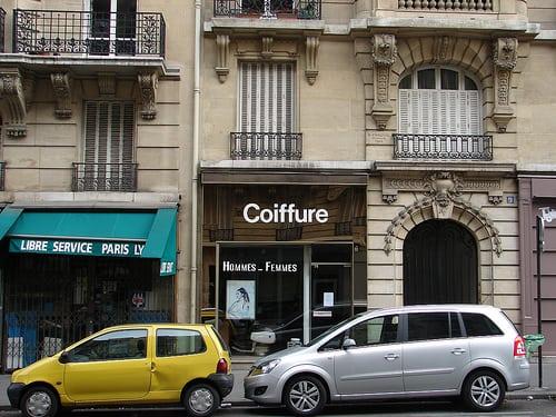 classic Helvetica in Paris, France www.unravel.ca  Posté par chrishanz  sur 2008-07-13 22:46:30      Tagged:  , paris , france , 2008 , May , helvetica , UNRAVEL , bastille , coiffure ,…