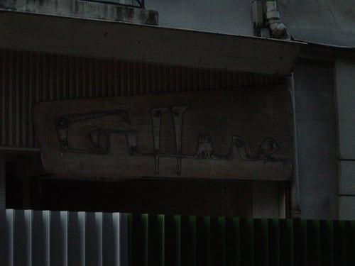 Old-school sign on a condemned building in the Marais.  Posté par MsEmma  sur 2006-10-06 21:49:46      Tagged:  , paris , marais , coiffure , condemned   …