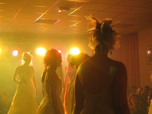 show coiffure 2006  Posté par corum  sur 2006-05-17 21:44:54      Tagged:  , 2006 , show , coiffure , corum   …