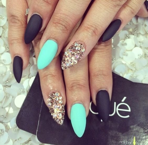 Mint is a beautiful color for hot days. With the approach of summer, the mint nails are becoming more and more popular. In this post, we would like to show you 17 fashionable ways to decorate the mint nails. Stay…