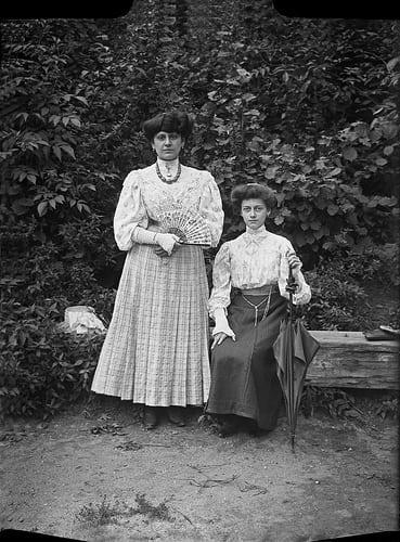Elles sont bien jolies ces deux dames. Je ne sais pas qui est Marie Cuvertino.  J'aime bien les mitaines et les coiffures.  Bises à tous, Marco  Posté par tguffroy  sur 2010-04-03 15:47:04     …