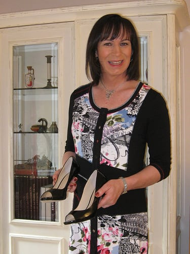 Voici mes nouveaux escarpins,je les adore pour leurs look stylés,un talon pas trop haut qui les rend agréable et confortable à porter avec le petit plus la petite touche sexY ! Le 8/07/2013.  Posté par karen.nylon …