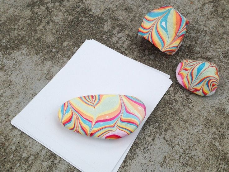 These pretty rainbow rocks are perfect for brightening up your desk! With just some nail polish and water, you can transform an ordinary rock into your own marbled paperweight. Source by arjanne_b   …