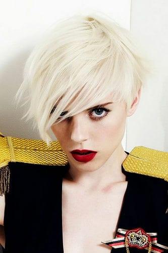 Idée Coiffure :    Description   coupe de cheveux femme en blond platine, avec grande mèche latérale, bob dégradé et effilé, look impressionnant      madame.tn/beaute/coiffure/idee-coiffure-coupe-de-cheveux-…  Posté par madame_shopping  sur 2018-03-10 18:07:52      Tagged:…