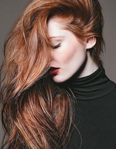 Idée Coiffure :    Description   couleur de cheveux chatain cuivré, cheveux sur le coté avec du volume, pull avec col noir, rouge à lèvres rouge      madame.tn/beaute/coiffure/idee-coiffure-couleur-de-cheveu…  Posté par madame_shopping  sur 2017-12-19 15:11:28   …