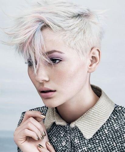 Idée Coiffure :    Description   maquillage avec rouge à lèvres rose pastel et fards à paupières rose violet, coloration grise sur coupe courte effilée      madame.tn/beaute/coiffure/idee-coiffure-maquillage-avec-r…  Posté par madame_shopping  sur 2018-02-17 19:30:09    …