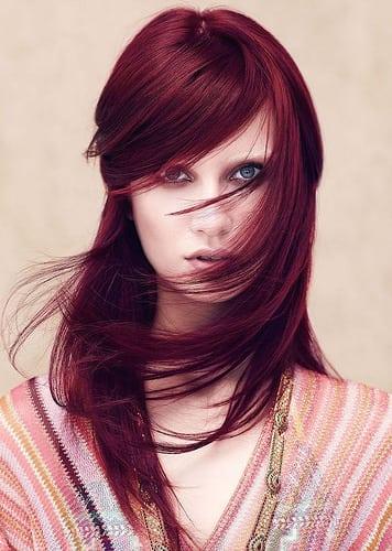 Idée Coiffure :    Description   cheveux rouge foncé, coloration bordeaux, coiffure avec frange du côté, robe ethnique en rose et or, cheveux raids      madame.tn/beaute/coiffure/idee-coiffure-cheveux-rouge-fon…  Posté par madame_shopping  sur 2018-06-18 05:35:51     …