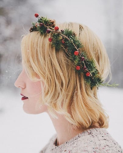 Idée Coiffure :    Description   exemple de coiffure noel cheveux court, carré plongeant blond avec une couronne de branches de pin et houx      madame.tn/beaute/coiffure/idee-coiffure-exemple-de-coiffu…  Posté par madame_shopping  sur 2017-12-14 07:33:01     …