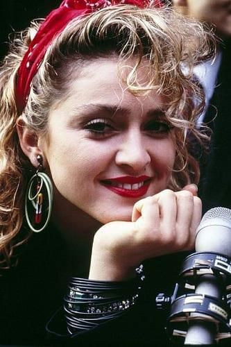 Idée Coiffure :    Description   coiffure headband, Madonna dans les années 80, bandeau rouge et boucles d'oreille      madame.tn/beaute/coiffure/idee-coiffure-coiffure-headband…  Posté par madame_shopping  sur 2017-11-14 04:00:15      Tagged:    …