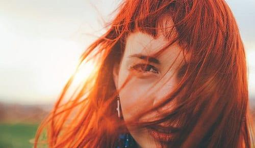 Idée Coiffure :    Description   idée de coloration roux foncé, cheveux rouges sur une coupe carré mi long lisse avec frange sur le front      madame.tn/beaute/coiffure/idee-coiffure-idee-de-coloratio…  Posté par madame_shopping  sur 2017-12-19 09:05:35    …