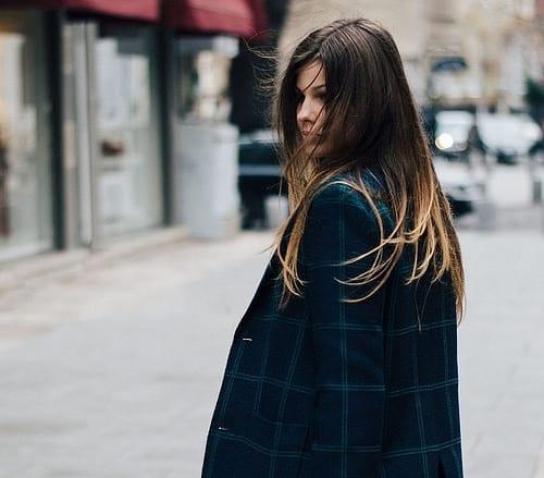 Idée Coiffure :    Description   coloration ombré blond sur cheveux longs marron aux pointes éclaircies, modèle de blazer oversize en bleu foncé      madame.tn/beaute/coiffure/idee-coiffure-coloration-ombre-…  Posté par madame_shopping  sur 2018-05-25 04:37:50      Tagged:…