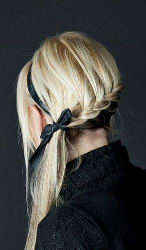 Idée Coiffure :    Description   Une queue-de-cheval tressée derrière la tête et nouée avec un ruban      madame.tn/beaute/coiffure/idee-coiffure-une-queue-de-chev…  Posté par madame_shopping  sur 2017-11-07 18:20:29      Tagged:    …