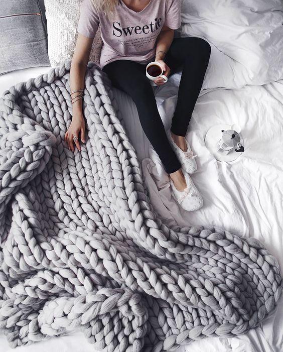 Ben jij ook 'in love' met dit wollen kleed? Goed nieuws! Met wat wol maak je je eigen kleed. Het is namelijk de tijd van het jaar dat je liever met een warm deken op de bank ligt, dan dat…