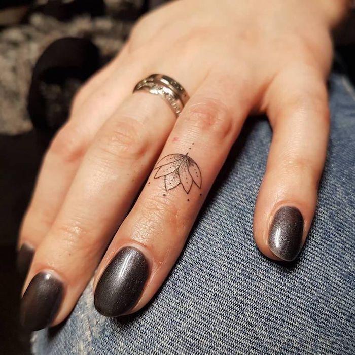 Lotus Tattoo am Ringfinger, Ideen für kleine Finger Tattoos, goldener Ring, schwarzer Nagellack Source by jessicafeenstrx   …