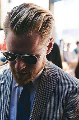 Idée Coiffure :    Description   une coupe de cheveux homme mi long en arriere pour un look à la fois décontracté et maîtrisé d'un homme d'affaire moderne      madame.tn/beaute/coiffure/idee-coiffure-une-coupe-de-chev…  Posté par madame_shopping  sur 2017-11-27 07:40:24…