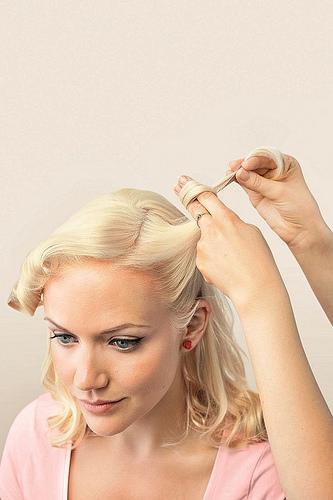 Idée Coiffure :    Description   tuto pour réaliser une coiffure pin up rétro chic avec des victory rolls pour un look de femme pin up irrésistible      madame.tn/beaute/coiffure/idee-coiffure-tuto-pour-realise…  Posté par madame_shopping  sur 2017-11-29 22:25:19  …
