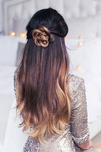 Idée Coiffure :    Description   Un demi-chignon en forme de rose avec les cheveux lâchés      madame.tn/beaute/coiffure/idee-coiffure-un-demi-chignon-e…  Posté par madame_shopping  sur 2017-11-07 10:10:14      Tagged:    …