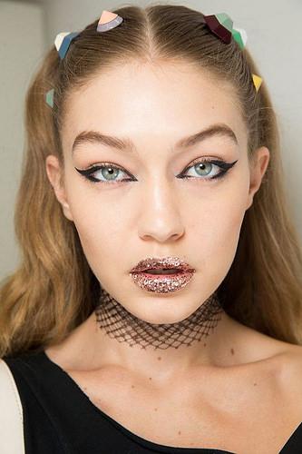 Inspiration Coiffure  :    Description   Les lèvres glitter de Fendi      madame.tn/beaute/coiffure/inspiration-coiffure-les-levres…  Posté par madame_shopping  sur 2017-12-13 18:09:52      Tagged:    …