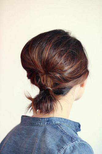 Idée Coiffure :    Description   coiffure queue de cheval, veste denim, fixation double pour cheveux courts      madame.tn/beaute/coiffure/idee-coiffure-coiffure-queue-de…  Posté par madame_shopping  sur 2018-06-27 17:34:48      Tagged:    …