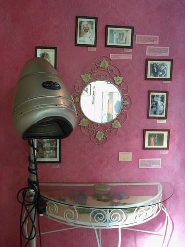 Posté par mikecogh  sur 2011-08-05 13:15:23      Tagged:  , CapeTown , District 6 Museum , apartheid , display , coiffure , hairdryer , dressing table , pink , quaint   …