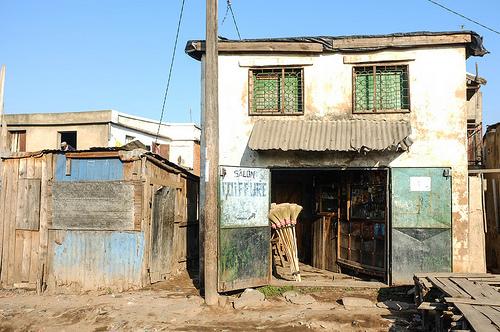 Shot in Anjezika, an economically disadvantaged community in Antananarivo, Madagascar  Posté par TAZMPictures  sur 2016-11-22 18:13:22      Tagged:  , Antananarivo , Anjezika , Madagascar , poverty , disadvantaged , poor ,…