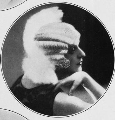 Les Modes (Paris) January 1930 coiffure du soir par Curly  Posté par .pintuck  sur 2013-08-27 19:47:46      Tagged:  , 1930's , 1930s style , 1930 , Les Modes (Paris) 1930 ,…
