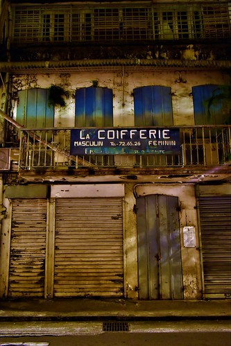 Fort de France – Martinique  Posté par Smoke-Head Photography  sur 2017-02-27 11:20:35      Tagged:  , #fortdefrance , #Martinique , salon , de , coiffure , façade , devanture , nuit ,…