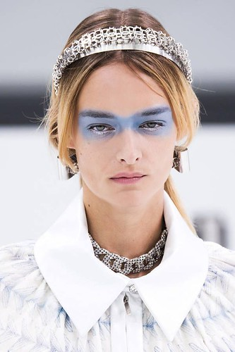 Inspiration Coiffure :    Description   Coiffure diadème argent      madame.tn/beaute/coiffure/inspiration-coiffure-coiffure-d…  Posté par madame_shopping  sur 2018-05-23 04:54:56      Tagged:    …