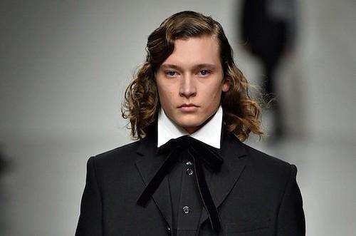 Idée Coiffure :    Description   Cheveux longs homme – Quand la taille compte      madame.tn/beaute/coiffure/idee-coiffure-cheveux-longs-hom…  Posté par madame_shopping  sur 2018-06-10 16:53:41      Tagged:    …